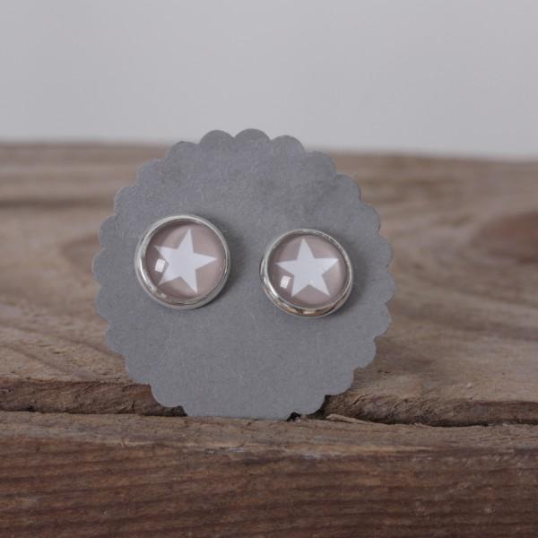 Kleine Ohrstecker beige Hintergrund weißer Stern