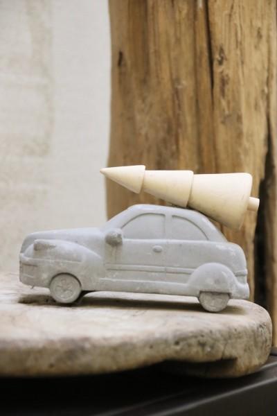 Deko-Auto mit Weihnachtsbaum auf Dach