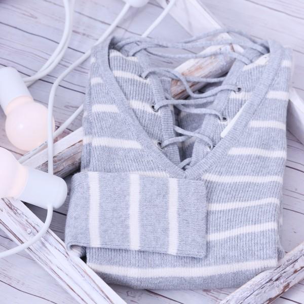 Pullover mit V- Ausschnitt und Schnürung in grau-beige gestreift