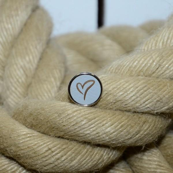 Druckknopf aus Holz mit Herz in grau