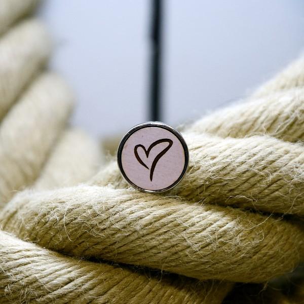 Druckknopf aus Holz mit Herz in rosa