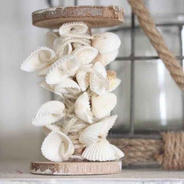 Dekorative Holzspule mit Muschelgirlande